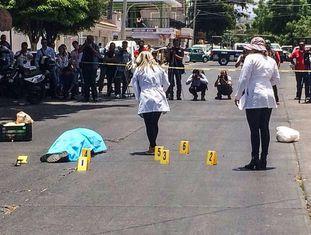 O corpo sem vida do jornalista Juan Valdez na segunda-feira.