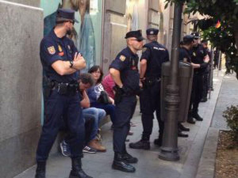 Os detidos rodeados por policiais