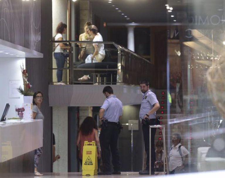 Polícias catalães no interior do hotel Silken na Rambla