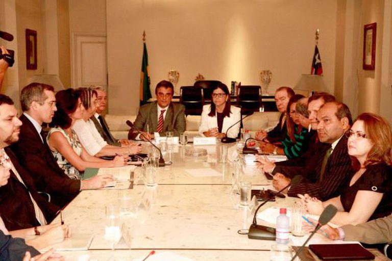 O ministro José Eduardo Cardozo (centro) ao lado da governadora Roseana Sarney durante reunião em São Luís.