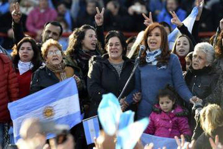 Kirchner cercada por seguidores no palco.