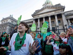 Partidárias da legalização do aborto, nesta terça-feira em frente ao Congresso argentino