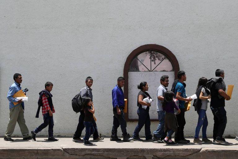 Imigrantes indocumentados em liberdade vigiada no Texas.