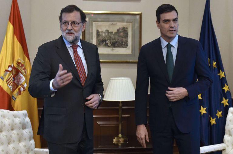 Mariano Rajoy e Pedro Sánchez, antes de seu breve encontro em uma sala do Congresso.