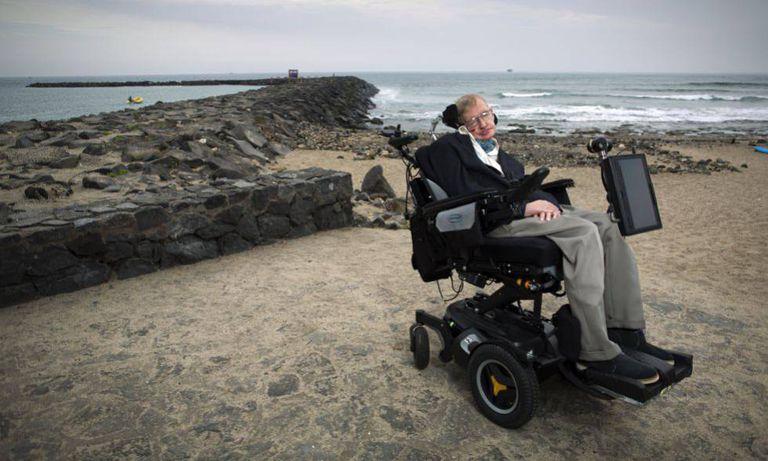 Stephen Hawking em uma praia de Tenerife em 2015