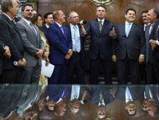 Bolsonaro fala no Congresso Nacional durante o anúncio das reformas econômicas ao lado do ministro Paulo Guedes.