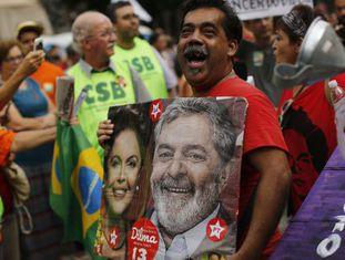 Homem segura cartaz com Lula e Dilma no protesto do Rio.