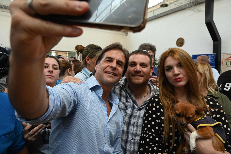 O candidato do Partido Nacional, Luis Lacalle, tira selfies com apoiadores após o fechamento das urnas em Canelones, no dia 24 de novembro.