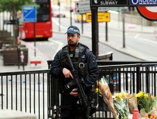 Um policial patrulha o lugar do ataque terrorista.