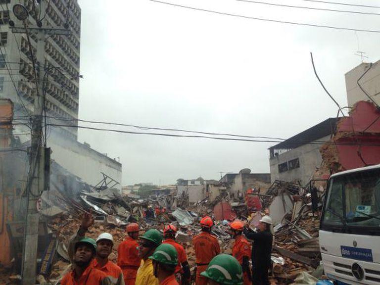 Prédio destruído por uma explosão nesta segunda, no Rio.