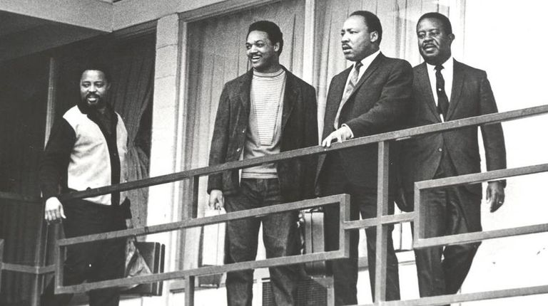 Ralph Abernathy, Martin Luther King, Jesse Jackson e Hosea Williams (da direita para a esquerda) no terraço do hotel Lorraine, em Memphis, na véspera do assassinato