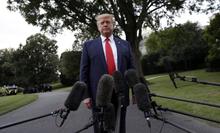 Donald Trump fala com repórteres, nesta quinta-feira na Casa Branca.