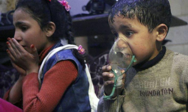 Crianças afetadas após um ataque com gás em Duma.