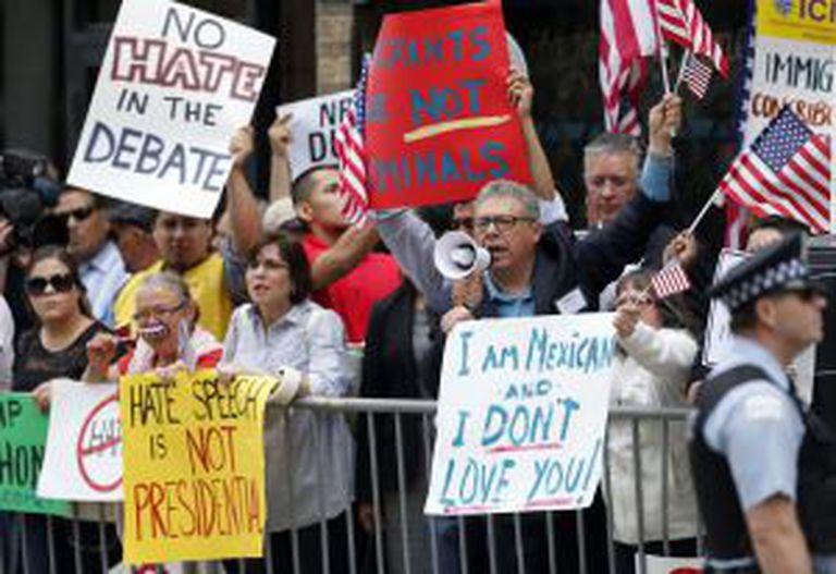 Protesto em Chicago em frente a um restaurante no qual falaria Trump.
