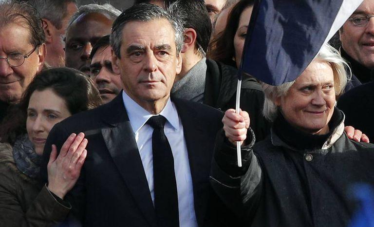 Fillon, sua mulher, Penelope (à direita), e sua filha Marie, durante ato em Paris no último dia 5.