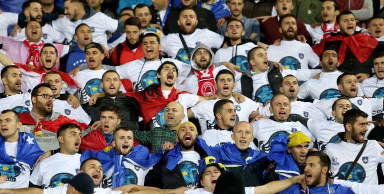 Kosovares celebram durante a derrota.