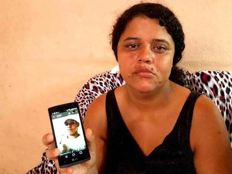 Adriana mostra a foto do seu filho, um dos jovens assassinados por policiais em Costa Barros. A mulher tentou se suicidar várias vezes depois da morte do filho. Os quatro policiais envolvidos na chacina aguardam o julgamento em liberdade.
