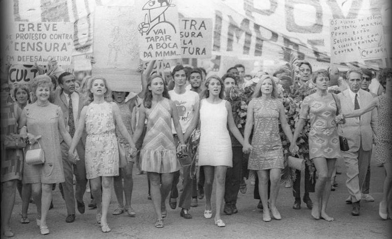 Protesto de artistas contra a censura em 1968. À direita, de terno, o crítico Mário Pedrosa.