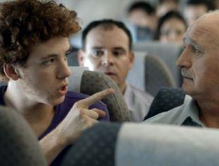 O ator João Côrtes e o treinador Scolari em comercial.