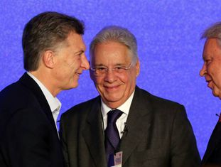 O presidente Mauricio Macri e os ex-presidentes Fernando Henrique Cardoso e Felipe González durante o encontro organizado em Buenos Aires pelo Círculo de Montevidéu.