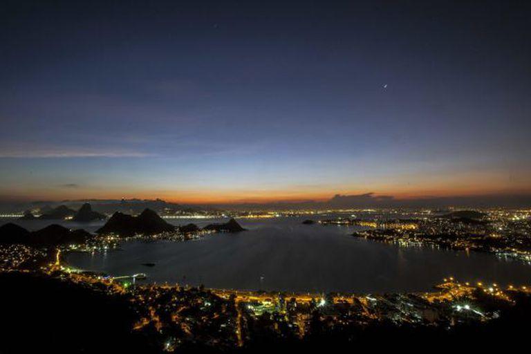 Vista noturna do Rio de Janeiro.