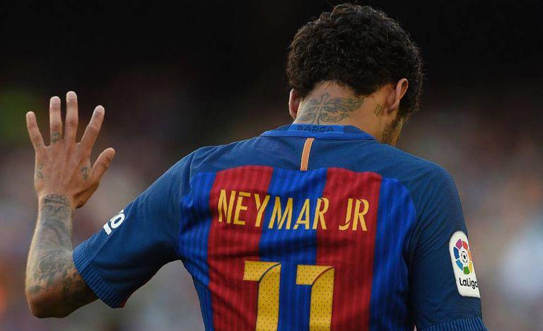 Neymar, com a camisa do Barcelona em uma partida da Liga 16-17.