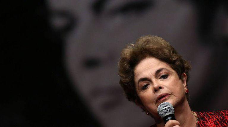 Dilma diante de sua foto durante depoimento na ditadura.