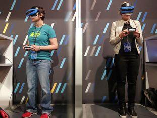 Mulheres experimentam o 'kit' de realidade aumentada