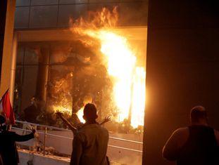Um grupo de invasores após ter colocado fogo no interior do Congresso paraguaio.