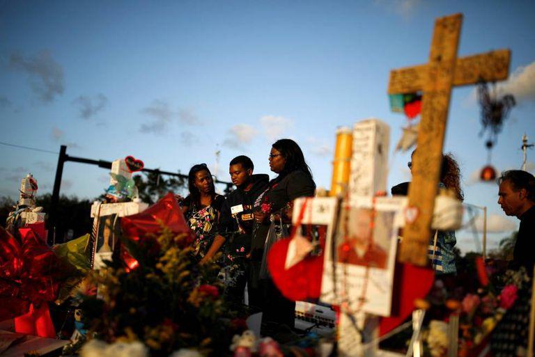 Cruzes em homenagem às vítimas do massacre.