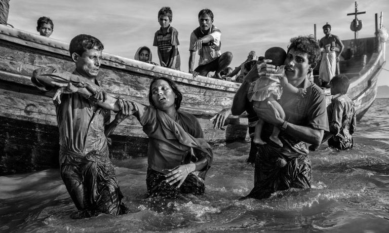 Refugiados rohingyas chegam a Bangladesh em 1º de outubro.