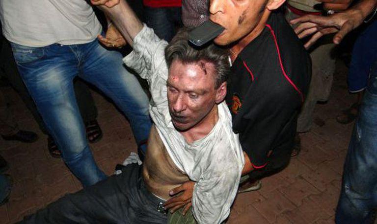 O embaixador Stevens é levado por um grupo de líbios no dia do ataque.