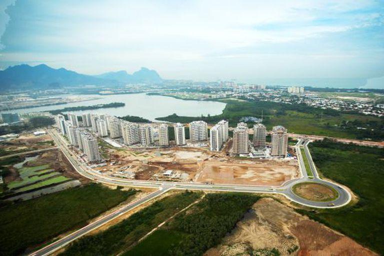 Obras da vila olímpica, a um ano da abertura dos Jogos.