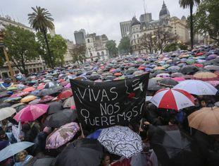 """Milhares de pessoas participaram da passeata da """"Quarta-feira negra"""", há duas semanas, em Buenos Aires."""