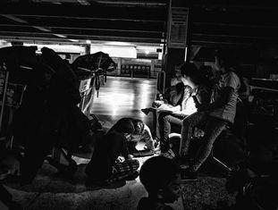 Passageiros preenchem folhas de reclamação no aeroporto de Maiquetía.
