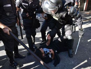 Ação policial durante um protesto anti-Copa no Rio.