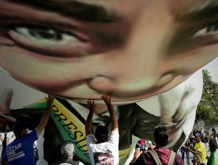 Apoiadores erguem boneco inflável de Bolsonaro, em São Paulo.