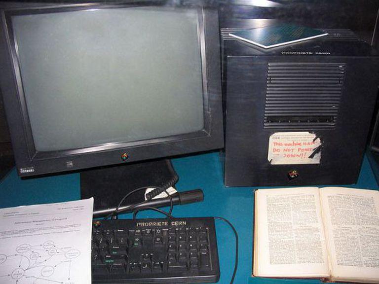 O primeiro servidor web, em exposição no CERN.