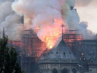 Vista do incêndio na catedral de Notre-Dame de Paris, nesta segunda-feira.