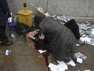 Mulher ferida é socorrida na região do Parlamento britânico.