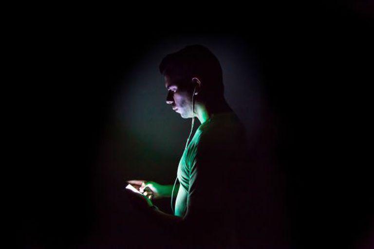 Um usuário navega na Internet através do celular.