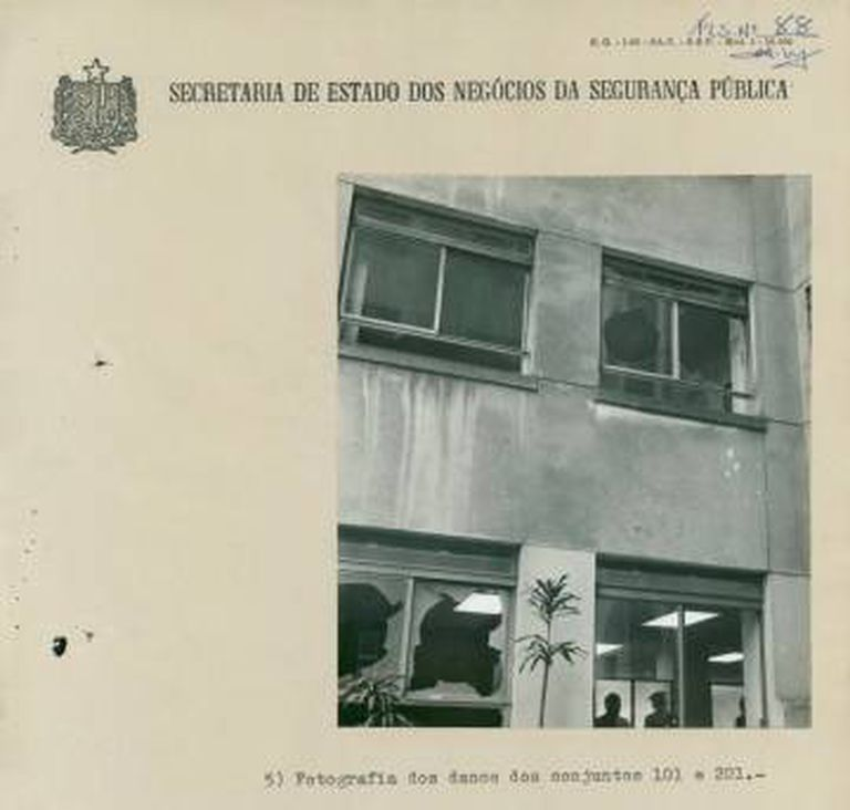 Documentos referentes à explosão de bomba jogada do alto de um prédio para atingir o Quartel General do 2o. Exército. Duas funcionárias de uma loja ficaram feridas.