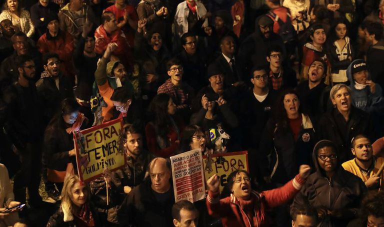Manifestantes protestam em frente à casa do presidente Michel Temer, em SP, no dia 28 de abril