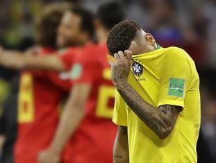 Neymar lamenta a derrota para a Bélgica nas quartas de final.