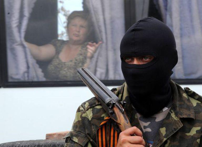 Um miliciano pró-Rússia vigia um posto de controle em Slaviansk.