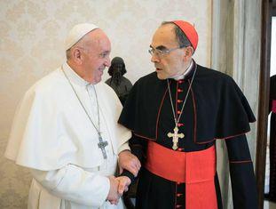 O Papa cumprimenta o cardeal Barbarin, na segunda-feira passada, quando este lhe apresentou seu pedido de demissão.