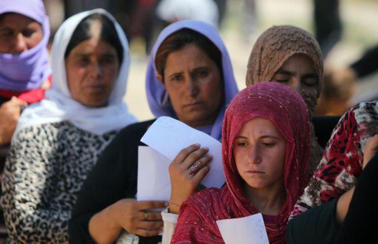 Yazidis em um campo de refugiados.