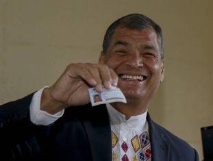 O presidente do Equador, Rafael Correa, vota neste domingo.
