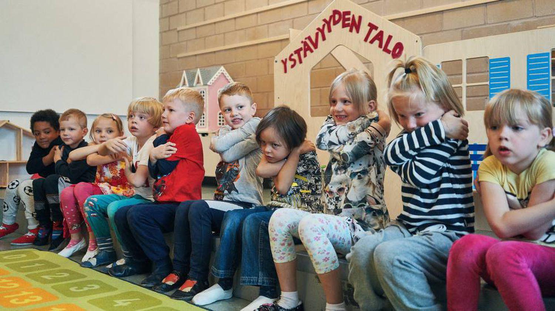 Várias crianças em uma sala de aula de um colégio público de Helsinque.