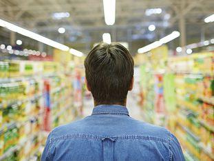 Com alguns supermercados abertos 24 horas, é muito tentador passear pelos corredores e encher a cesta de compras com produtos que facilitam nossa vida. Ou assim pensamos, porque, se pedirmos a opinião de nutricionistas sobre esses produtos, vemos que suas versões caseiras não são tão complicadas de preparar e não são comparáveis em valor nutricional, qualidade ou sabor. Confira os cinco alimentos que você deveria eliminar de sua lista de compras.